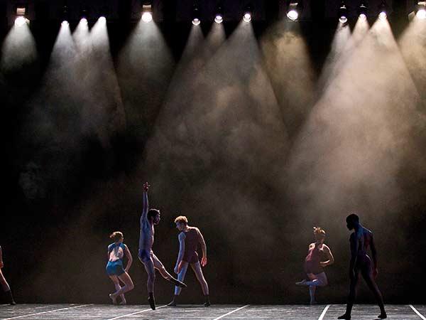 Allestimento-fari-sagomatori-per-spettacolo-in-teatro-bologna